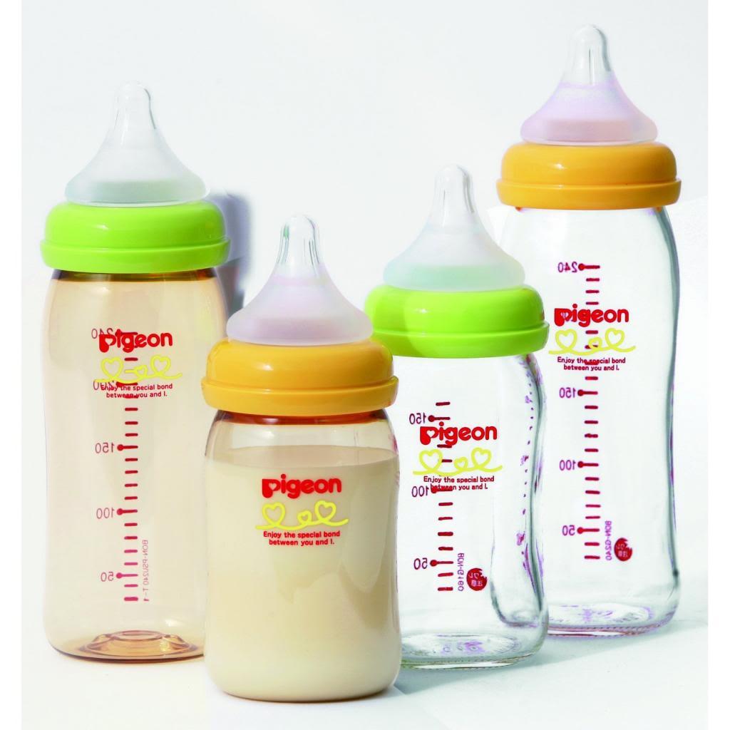 Bình sữa Pigeon cổ rộng Basic Edition với 2 màu cơ bản là xanh lá & cam. Bên trái là bình nhựa, bên phải là bình thủy tinh