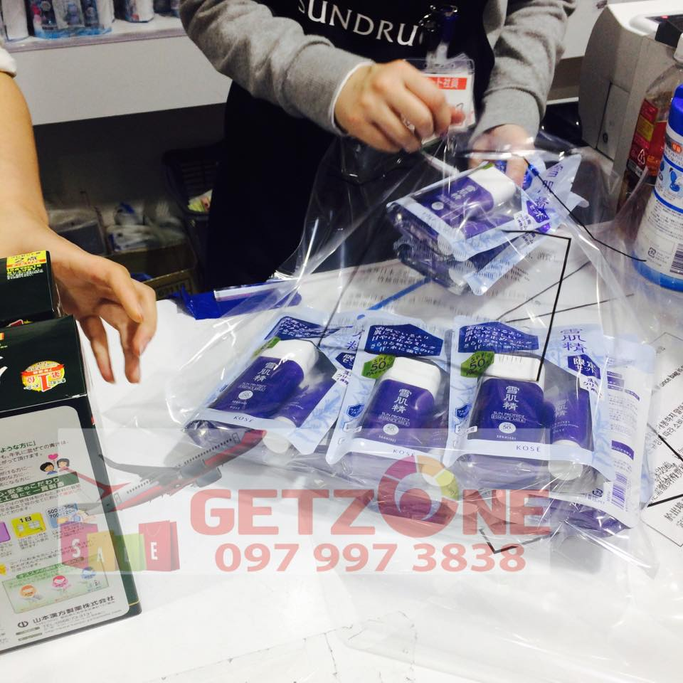 Mỗi môt sản phẩm kem chống nắng Kose Sekkisei đều được shop chọn mua tại cửa hàng trên nước Nhật với giá tốt nhất, hình ảnh mua hàng khi thanh toán tại quầy