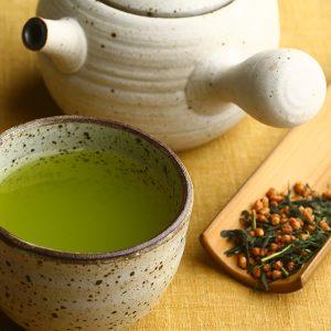 Trà gạo lứt Itoen của Nhật khi hãm sẽ cho ra một màu trà xanh tươi