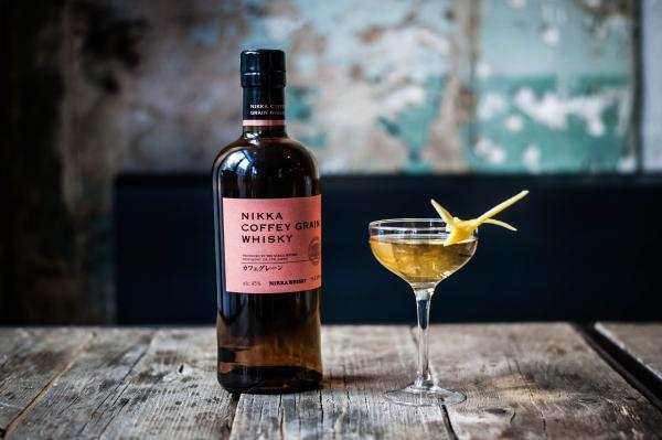 Nikka Coffey Grain Whisky với ly coctail được pha chế thật tuyệt vời